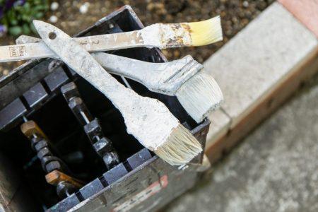 外壁塗装や屋根塗装でよく用いられる塗料の種類とその特徴の違い
